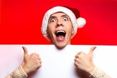 Concepto del Año Nuevo de la Navidad, ingenio muy feliz elegante del sombrero de santa del individuo Foto de archivo