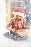 Concepto del Año Nuevo de la Navidad Situación acogedora casera, muchacha feliz en s Fotos de archivo libres de regalías