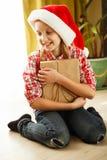 Concepto del Año Nuevo de la Navidad Situación acogedora casera, muchacha feliz en s Foto de archivo