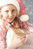 Concepto del Año Nuevo de la Navidad Situación acogedora casera, muchacha feliz en s Fotografía de archivo libre de regalías