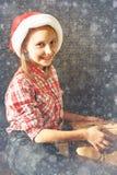 Concepto del Año Nuevo de la Navidad Situación acogedora casera, muchacha feliz en s Imagenes de archivo