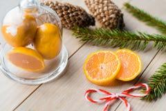 Concepto del Año Nuevo Decoraciones de la Navidad de ramas del abeto y de las frutas de la mandarina en fondo Imágenes de archivo libres de regalías