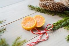 Concepto del Año Nuevo Decoraciones de la Navidad de ramas del abeto y de las frutas de la mandarina en fondo Imagen de archivo libre de regalías
