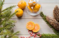 Concepto del Año Nuevo Decoraciones de la Navidad de ramas del abeto y de las frutas de la mandarina en fondo Imagenes de archivo