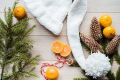 Concepto del Año Nuevo Decoraciones de la Navidad de ramas del abeto y de las frutas de la mandarina en fondo Fotografía de archivo