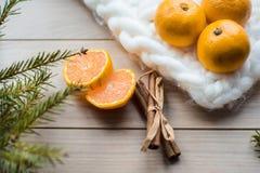 Concepto del Año Nuevo Decoraciones de la Navidad de ramas del abeto y de las frutas de la mandarina en fondo Fotos de archivo libres de regalías