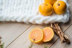 Concepto del Año Nuevo Decoraciones de la Navidad de ramas del abeto y de las frutas de la mandarina en fondo Foto de archivo libre de regalías