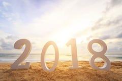 Concepto del Año Nuevo: El alfabeto de madera blanco 2018 puso en el sunse Fotos de archivo libres de regalías