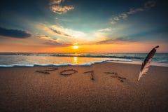 Concepto 2017 del Año Nuevo en la playa del mar Imagen de archivo