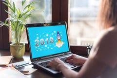 Concepto 2018 del Año Nuevo en una pantalla del ordenador portátil Imagenes de archivo
