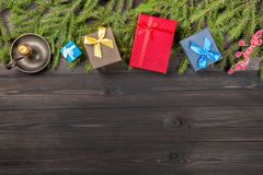 Concepto del Año Nuevo Fondo de la Navidad con las cajas de regalo de las ramas de árbol de abeto, la vela ardiente y la baya roj Fotos de archivo