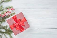 Concepto del Año Nuevo Fondo de la Navidad con las ramas de árbol de abeto, la baya roja congelada y la caja de regalo con la cin Imagenes de archivo