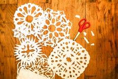 Concepto del Año Nuevo/la Navidad - snoflakes del muchacho de un papel del corte Fotografía de archivo libre de regalías