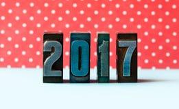 Concepto del Año Nuevo 2017 Los dígitos escritos colorearon la prensa de copiar del vintage Fondo rojo de punto de polca Imágenes de archivo libres de regalías