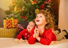 Concepto del Año Nuevo Niña y muchacho adorables cerca de un Christma Imágenes de archivo libres de regalías