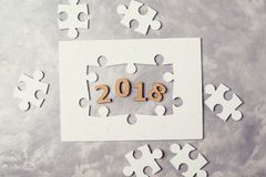 Concepto 2018 del Año Nuevo Rompecabezas en fondo concreto gris Fotografía de archivo libre de regalías