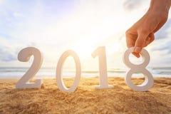 Concepto del Año Nuevo: Tenencia de la mano y alfabeto de madera blanco de la disposición Foto de archivo libre de regalías