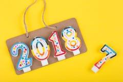Concepto del Año Nuevo - una muestra en la cuerda con la inscripción 2018 hace de velas y adiós 2017 años Foto de archivo libre de regalías