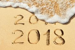 Concepto del Año Nuevo - 2017 y 2018 manuscritos en la playa arenosa Fotografía de archivo libre de regalías