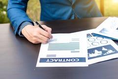 Concepto del abogado del seguro de negocio: mano usando negocio de la muestra de la pluma Fotos de archivo libres de regalías