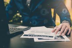Concepto del abogado del seguro de negocio: mano usando negocio de la muestra de la pluma Imagen de archivo libre de regalías