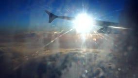 Concepto del aeroplano del asiento de ventana de la nube Opinión de la nube del cielo del cierre del aeroplano de Seat encima de  almacen de video