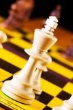 Concepto del ajedrez con los pedazos en la tarjeta Fotos de archivo libres de regalías