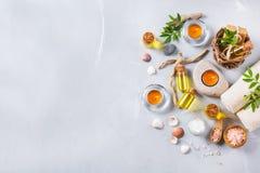 Concepto del ajuste de la salud del balneario, fondo con crema del jabón del aceite esencial Imagen de archivo