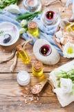 Concepto del ajuste de la salud del balneario de la primavera, fondo con crema del jabón del aceite esencial Fotos de archivo libres de regalías