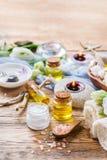 Concepto del ajuste de la salud del balneario de la primavera, fondo con crema del jabón del aceite esencial Imagenes de archivo