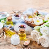 Concepto del ajuste de la salud del balneario de la primavera, fondo con crema del jabón del aceite esencial Imagen de archivo