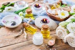 Concepto del ajuste de la salud del balneario de la primavera, fondo con crema del jabón del aceite esencial Foto de archivo libre de regalías