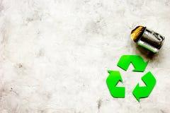 Concepto del ambiente con el reciclaje de símbolo en la maqueta de piedra de la opinión superior del fondo Foto de archivo libre de regalías