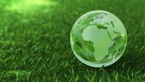 Concepto del ambiente de la ecología, globo de cristal en la hierba verde almacen de video