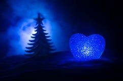 Concepto del amor del Año Nuevo Burning hermoso en diversa silueta del corazón de los colores y del árbol de abeto, en el fondo e Imagen de archivo libre de regalías