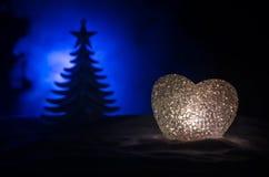 Concepto del amor del Año Nuevo Burning hermoso en diversa silueta del corazón de los colores y del árbol de abeto, en el fondo e Fotos de archivo