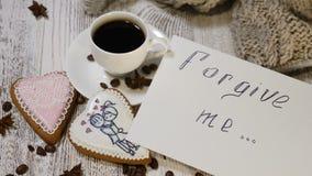 Concepto del amor Día de San Valentín del santo una taza de café preparado fresco y de una galleta en forma de corazón del jengib almacen de metraje de vídeo
