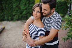 Concepto del amor, de la relación, de la familia y de la gente - los pares sonrientes que abrazan en otoño parquean Imágenes de archivo libres de regalías