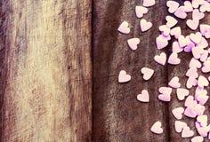 Concepto del amor del día de tarjetas del día de San Valentín. Sugar Hearts en el texto de madera del vintage Imágenes de archivo libres de regalías