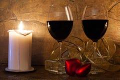 Concepto del amor Interior romántico copas de vino, vela y corazón del rojo del peluche Foto de archivo