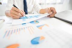 Concepto del análisis de la estrategia, hombre de negocios que trabaja la contabilidad financiera de Researching Process del enca fotografía de archivo