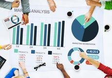 Concepto del análisis del mercado empresarial de la gente Imagen de archivo libre de regalías