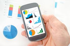 Concepto del análisis gráfico en un smartphone Foto de archivo