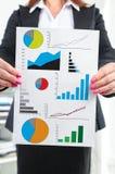 Concepto del análisis gráfico mostrado por una empresaria Imagen de archivo libre de regalías