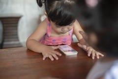 Concepto del apego de Smartphone de los niños imagen de archivo libre de regalías