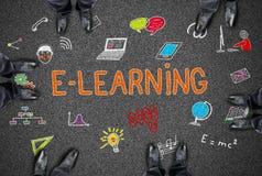 Concepto del aprendizaje electrónico en un camino Imágenes de archivo libres de regalías