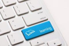 Concepto del aprendizaje electrónico. Teclado de ordenador Foto de archivo libre de regalías