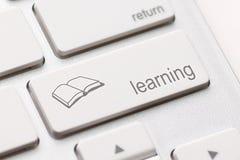 Concepto del aprendizaje electrónico. Teclado de ordenador Fotos de archivo libres de regalías