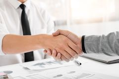 Concepto del apretón de manos del acuerdo de la reunión de negocios, tenencia de la mano después de acabar para arriba que trata  imagenes de archivo