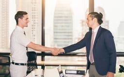 Concepto del apretón de manos Hombres de negocios que sacuden las manos, una reunión imágenes de archivo libres de regalías
